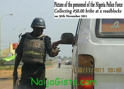 nigerian police collecting bribe