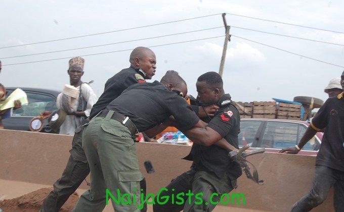 Nigerian-Police-fighting-over-bribe www.naijagists.com
