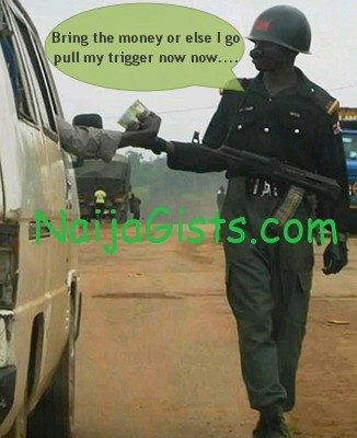 nigerian soldiers collecting bribe