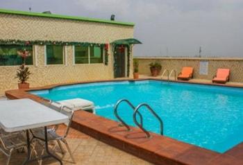 man drowns hotel swimming pool