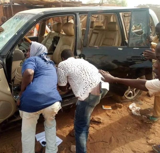 nigerian youths loot accident victim